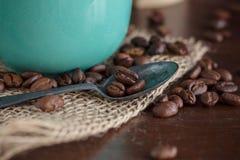 在木的咖啡豆 免版税库存图片