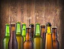 在木的啤酒瓶 免版税库存图片