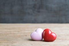 在木的婚礼或华伦泰背景,红色和桃红色心脏 免版税图库摄影