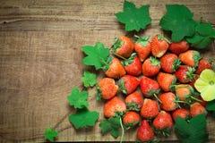 在木的成熟草莓 库存照片