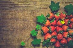 在木的成熟草莓 免版税库存照片