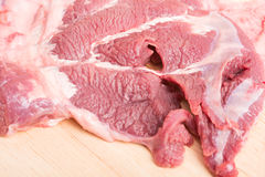 在木的新未加工的牛肉肉切片 库存照片
