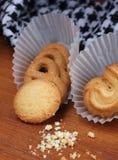 在木的新鲜的甜曲奇饼在背景中 库存照片
