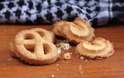 在木的新鲜的甜曲奇饼在背景中 免版税库存图片