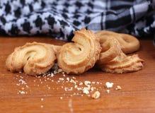 在木的新鲜的甜曲奇饼在背景中 库存图片