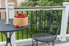 在木的新鲜的草莓 免版税库存照片