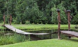 在木的池塘的桥梁 图库摄影