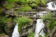 在木的瀑布的桥梁 免版税库存图片