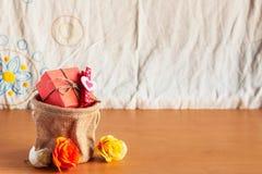 在木的礼物袋子 免版税图库摄影