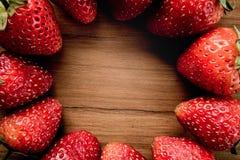在木的草莓圈子 免版税库存图片