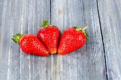 在木的草莓 免版税库存图片