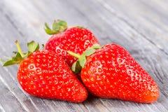 在木的草莓 图库摄影