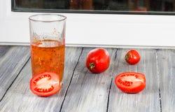 在木的蕃茄 免版税库存照片