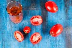 在木的蕃茄 库存照片