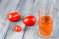 在木的蕃茄 免版税库存图片