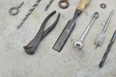 在木的被分类的老工作工具 库存图片