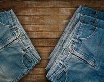 在木的难看的东西的牛仔布牛仔裤 库存照片