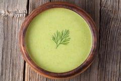在木的鲜美绿色奶油色素食汤膳食 免版税图库摄影
