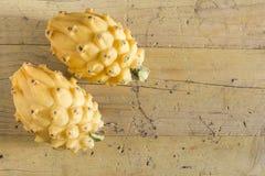 在木的黄色pitahaya龙果子 库存照片
