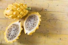 在木的黄色pitahaya龙果子 库存图片
