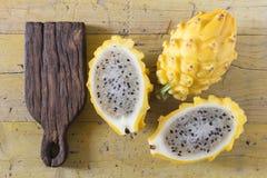 在木的黄色pitahaya龙果子 免版税库存照片