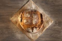 在木的黑麦面包 图库摄影