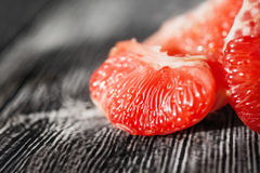 在木的水多的新鲜的粉红色葡萄柚 免版税图库摄影
