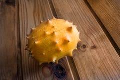 在木的Kiwano 免版税库存图片