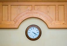 在木盘区下的经典壁钟 免版税库存图片