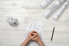 在木盘区的特写镜头男性被折叠的手与手折叠一张纸 库存图片