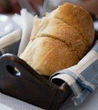 在木盘子供食的面包 库存照片