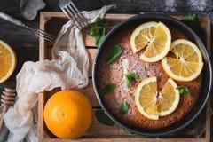 在木盘子台式视图的橙色蛋糕 库存图片