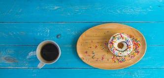 在木盘子和无奶咖啡的多福饼 免版税库存照片