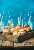 在木盘子和柠檬水的不同的自创汉堡在瓶 免版税库存图片