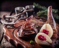 在木盘子服务的烤Vension腰臀部分 免版税库存图片