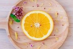 在木盘子的切片新鲜的桔子 免版税库存图片