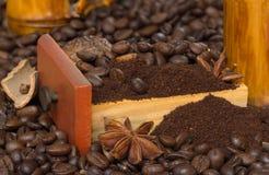在木盘子的咖啡用八角和桂香 免版税库存图片