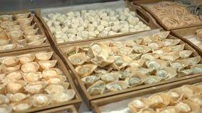 在木盘子的意大利式饺子在餐馆厨房里 股票视频
