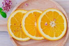 在木盘子的新鲜的桔子 免版税库存图片
