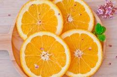 在木盘子的新鲜的桔子 免版税图库摄影