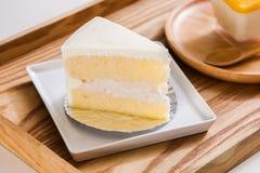 在木盘子的椰子蛋糕 图库摄影
