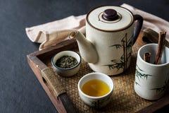 在木盘子的茶具 免版税库存照片