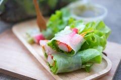 在木盘子的菜沙拉卷 选择聚焦 库存图片