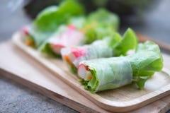 在木盘子的菜沙拉卷 选择聚焦 免版税图库摄影