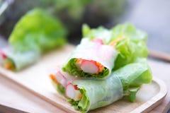在木盘子的菜沙拉卷 选择聚焦 图库摄影