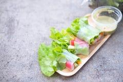 在木盘子的菜沙拉卷 免版税库存照片