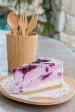 在木盘子的蓝莓乳酪蛋糕 库存图片