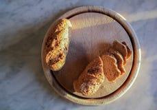 在木盘子的面包 库存图片