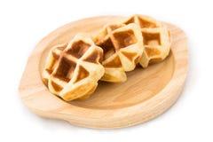 在木盘的小奶蛋烘饼 免版税库存图片