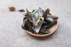 在木盘的开胃新鲜的蒸的淡菜 免版税库存照片